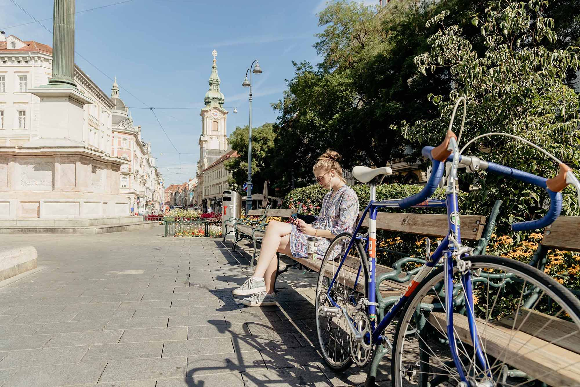 Radfahrerin beim Eisernen Tor